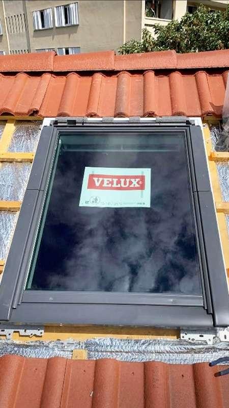 Installation et pose d'un Velux sur un toit en pente